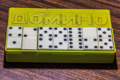 Domino ` s in de doos Stock Afbeelding