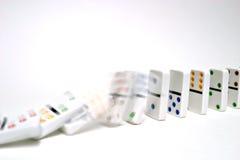 Domino's die op wit vallen Stock Fotografie