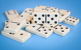 Domino's op blauwe achtergrond worden geïsoleerd die royalty-vrije stock foto