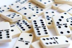 Domino'saantallen - de spaanders van het dominospel Stock Fotografie