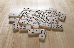 Domino-Schicht auf Tabelle stockfotos