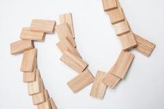 Domino skutek - rząd biali domina na białym tle Obrazy Stock