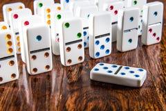 Domino som är stående upp på Wood bakgrund med dubblett 5 fem Royaltyfri Fotografi