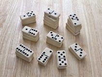 Domino som staplas i högar Royaltyfria Bilder
