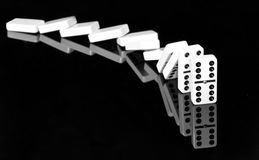 Domino su superficie brillante nera fotografia stock libera da diritti