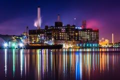 Domino Sugars fabrykę przy nocą w Baltimore, Maryland Zdjęcie Royalty Free