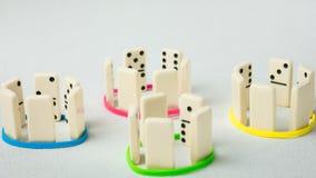 Dominobricka föreställer mänskliga lag med olika psyhological drag Fotografering för Bildbyråer