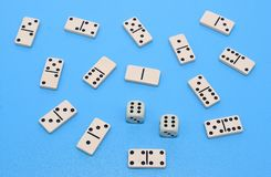 Dominobricka och bakgrund för två tärning på blåttabstrakt begrepp royaltyfri fotografi