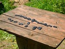 Dominobricka på trätabellen fotografering för bildbyråer