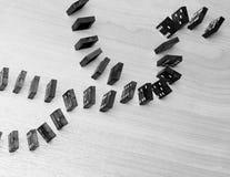 Dominobrickachiper på en trätabell äganderätt för home tangent för affärsidé som guld- ner skyen till royaltyfri foto