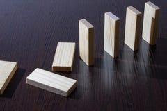 Dominobrickakuber från lönn på en mörk tabell royaltyfria foton