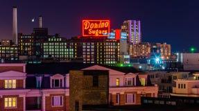 Dominobrickan sockrar fabriken på natten från den federala kullen, Baltimore, Arkivbild
