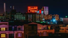 Dominobrickan sockrar fabriken på natten från den federala kullen, Baltimore, Arkivbilder