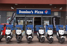 Dominobrickas pizzalager i Haag med sparkcyklar framtill Royaltyfria Foton