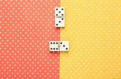 Dominobrickastycken i en färgbakgrund royaltyfri bild