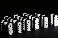 Dominobrickategelplattor som blir i rader fotografering för bildbyråer
