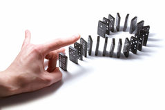 Dominoe met hand die op wit wordt geïsoleerde Royalty-vrije Stock Afbeeldingen