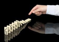Dominoeffekt in Kraft Stockfoto