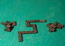 Dominos auf einer grünen Tabelle Stockbild