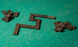 Dominos auf einer grünen Tabelle Lizenzfreie Stockfotos