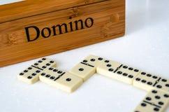 Dominos auf weißem Hintergrund lizenzfreie stockfotografie