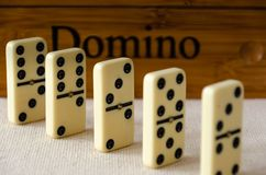 Dominos auf weißem Hintergrund lizenzfreie stockfotos