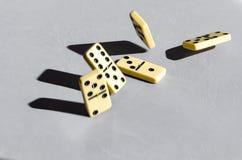 Dominos auf weißem Hintergrund stockbild