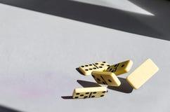 Dominos auf weißem Hintergrund stockfotos