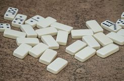 Dominos blancs dispersés sur une table Photographie stock libre de droits