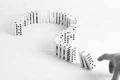 Dominos dans la forme du point d'interrogation sur le fond simple Photo libre de droits
