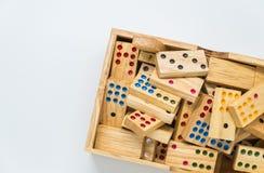 Dominos en bois dans la boîte en bois sur le fond blanc avec le foyer sélectif Image libre de droits