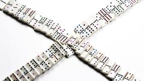 Dominos en céramique blancs tombés dans le modèle de croisement Photographie stock