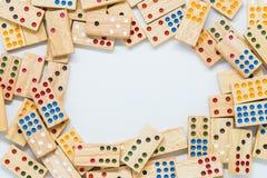 Dominos et espace en bois au milieu sur le fond blanc avec le foyer sélectif Images libres de droits