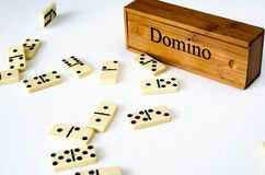 Dominos sur le fond blanc images stock