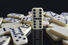 Dominos tombés autour de doubles six Images libres de droits
