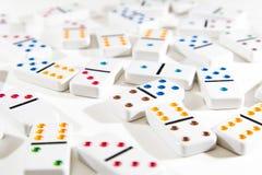 Dominos zerstreut auf Weiß Lizenzfreies Stockbild