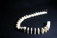 Dominos in zwei Stadien Stockfotos