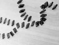Dominospaanders op een houten lijst Bedrijfs concept royalty-vrije stock foto