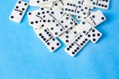 Dominospel op de blauwe achtergrond wordt geïsoleerd die royalty-vrije stock afbeeldingen