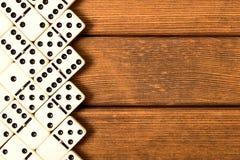 Dominospel op houten achtergrond Hoogste mening Lege ruimte voor te stock fotografie