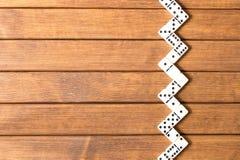 Dominospel op houten achtergrond Hoogste mening Lege ruimte voor te royalty-vrije stock foto