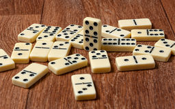 Dominostücke auf dem braunen Holztischhintergrund Stockfotografie