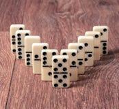 Dominostücke auf dem braunen Holztischhintergrund Stockbild