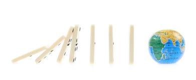 Dominostukken die op de bol vallen stock foto