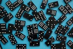 Dominostukken op de blauwe achtergrond stock afbeeldingen
