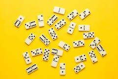 Dominostukken over heldere gele achtergrond, hoogste mening Vlak leg achtergrond royalty-vrije stock foto