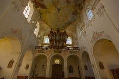 Domkirche (大教堂教会)在村庄Arlesheim 免版税库存图片