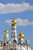 Domkyrka av ärkeängeln (ärkeängeln Michael) och Ivan Great Bell Tower Arkivbild