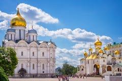 Domkyrka av ärkeängeln och domkyrka av förklaringen på domkyrkafyrkanten, MoskvaKreml, Ryssland Royaltyfri Foto