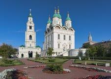 Domkyrka av antagandet och det Klocka tornet i astrakanKreml, Ryssland Royaltyfri Bild